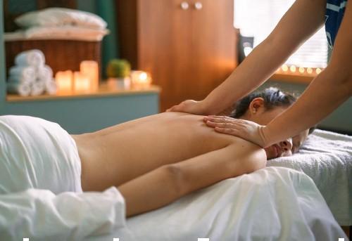 mujer dando masaje en espalda